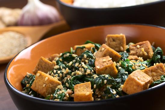 Spinatsalat mit Tofu und Sesam