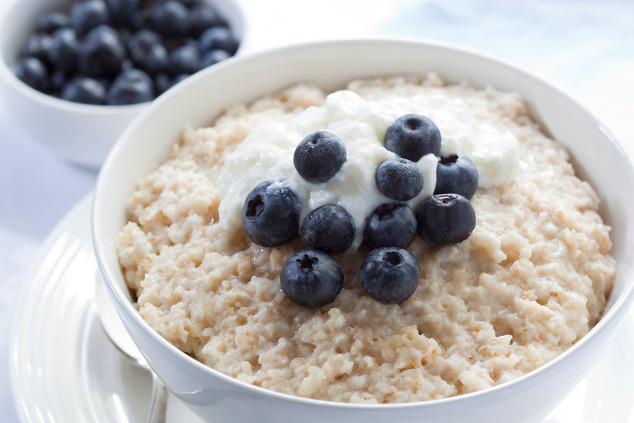 Porridge mit Joghurt und Heidelbeeren