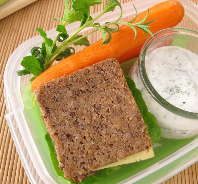 Vollkorn-Käse-Sandwich mit Karotten und Joghurt-Dip