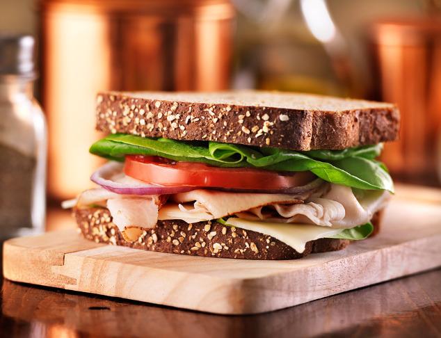 Vollkorn-Sandwich mit Schinken und Käse