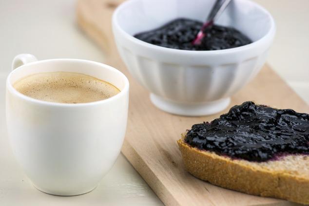 Vollkornbrot mit Heidelbeer-Konfitüre und Kaffe