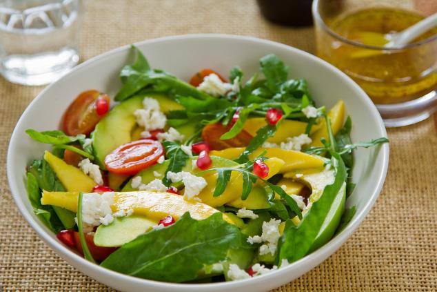 Avocado-Salat mit Mango, Granatapfel und Feta