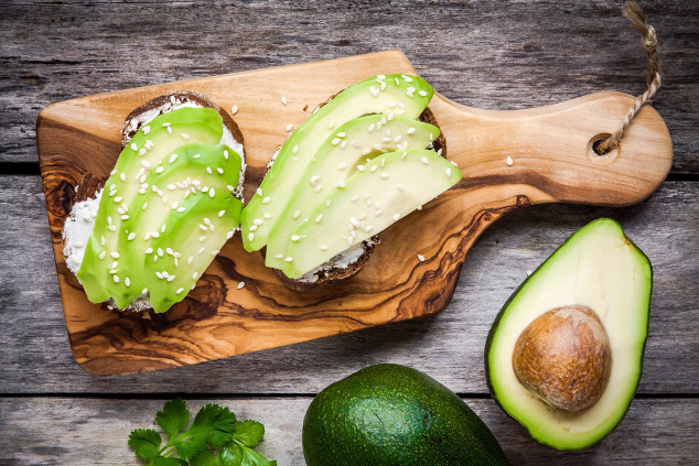 Vollkornbrot mit Hüttenkäse und Avocado-Scheiben
