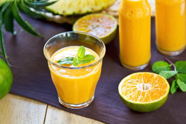 Smoothie mit Ananas, Mango und Orange