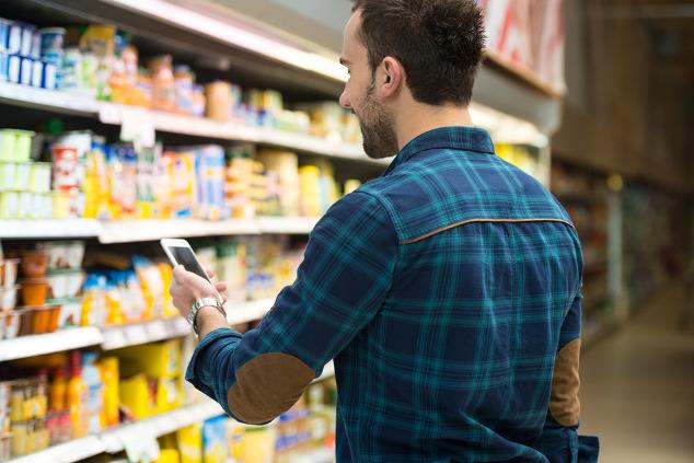 Smartphone beim Einkauf