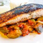 Gebratener Lachs mit Zucchini-Tomaten-Gemüse: Low-Carb!