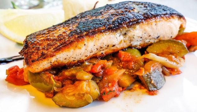 Rezept des Monats: Lachs mit Zucchini-Tomaten-Gemüse