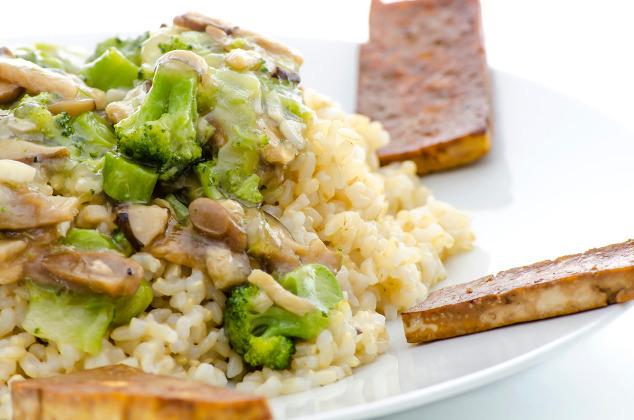 Reis mit Brokkoli-Champignon-Gemüse und Tofu