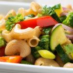Vollkorn-Nudelsalat mit Gemüse: Perfekt für die Grillparty