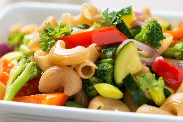 Vollkorn-Nudelsalat mit Gemüse