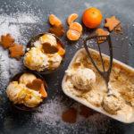 Weihnachtsdessert für alle Fälle: Cremiges Lebkucheneis mit fruchtiger Mandarinensoße