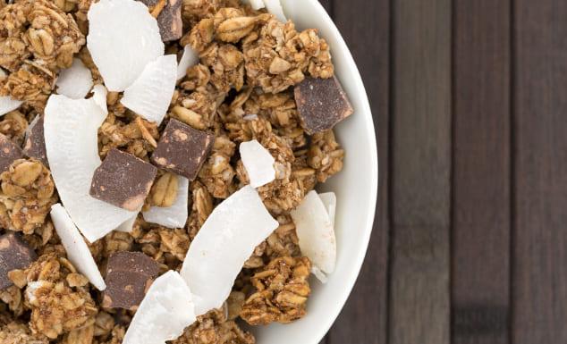 Granola mit Schokolade und Kokosflakes